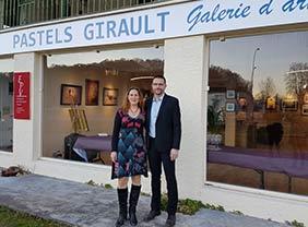 Karine et Stephane Loiseau devant la Boutique/Galerie Girault